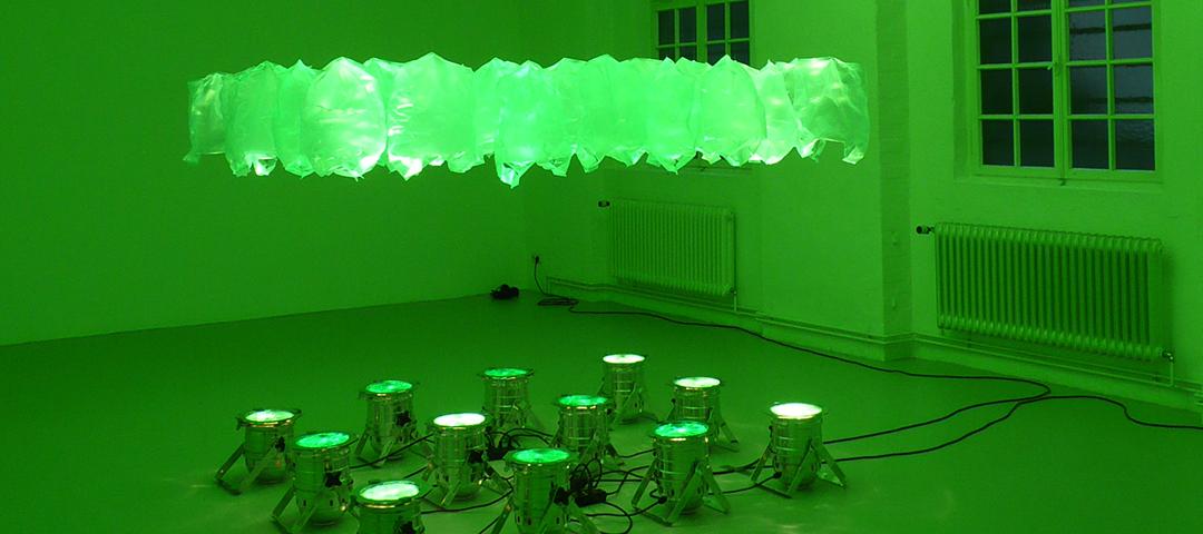 Monika Linhard, Tütengeflüster, Rauminstallation mit Thermik